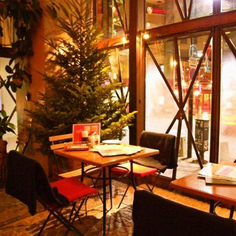 麻布の街を彩るイルミネーションを眺めながら、いつもの夕食をちょっと贅沢に。きらきらイルミネーションを眺めながら楽しめる特別席をご用意☆店内は中世ヨーロッパの雰囲気を再現した空間になっております。