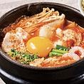 おすすめトッピング【豚肉とほくほくじゃがいものキムチスンドゥブ+乾麺】1530円(税込)