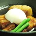 料理メニュー写真もち豚の角煮 ~温玉のせ~