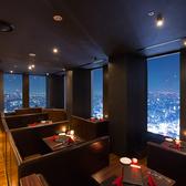 《全席からでも夜景が見れる》新宿や系部門NO,1を誇る最上級の夜景を愉しみながら、ゆったりとくつろいで頂けるソファーシートで御座います。※映画館の様な店内なので前の座席が気にならず過ごせます