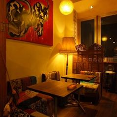店内中央の、天井が高く開放的なソファー席