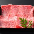 【神戸牛の歴史】牛肉ブランド「神戸牛」は世界的にもたいへん有名です。江戸時代には仏教の教えや「食肉禁止令」のため、牛肉を食べる習慣が無かったが、約150年前の神戸港開港の時から外国から来た多くの人々が外国居留地に住み、日本牛を解体処理して食べた所おいしさに驚いたため、世界にKOBE BEEFが広がりました。