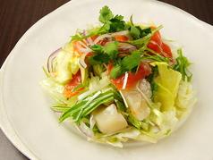 スモークサーモンと帆立のカルパッチョ風サラダ