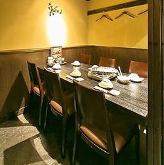 6名様用の個室のお席もございます。ゆっくりと過ごせる個室で、美味しいお酒とお食事をお楽しみ下さい☆旬の食材を使用した自慢のお料理と豊富な種類のドリンクをお楽しみ頂ける飲み放題付コースを各種ご用意。鍋パーティ、女子会、誕生日、仲間との飲み会など様々なシーンに◎