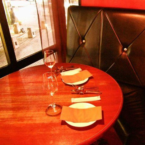 誕生日や記念日に。ゆったり二人の時間を過ごせる、カップルシート。L字型のソファー席なので、自然と二人の距離も近くなります…♪厳選させたワインと美味しいイタリアンで素敵な夜をお過ごし頂けます。