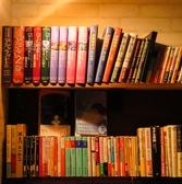 お子様が手に取って遊べる本もたくさんあります!