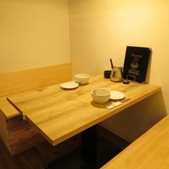 木のぬくもりを感じることのできる半個室はデートやプライベートシーンに最適。