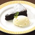 料理メニュー写真チョコケーキバニラアイス添え