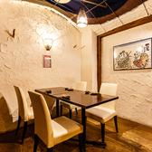 当店では、掘りごたつ席だけでなくテーブル席もご用意しております。こちらは最大6名様までご案内できる個室席です。接待やデートなど様々なご利用シーンで、当店の鮮魚と日本酒をお楽しみください。