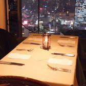 ゆったりお食事が楽しめる窓側席をご用意しております。夜景が良く見えるオシャレな空間で自慢の逸品をお楽しみいただけます。