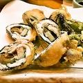 料理メニュー写真さよりに山芋とみょうがと梅肉を巻き込んだ天ぷら