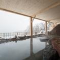 【グリル銀鱗荘の魅力紹介 その3】《身も心も温まる温泉でおもてなし》 ウミネコの鳴き声も響き渡る100坪もある野趣あふれる露天風呂や、肌当たりがやわらかいと評判のナトリウム硫酸塩泉を使用した大浴場がご利用いただけます。