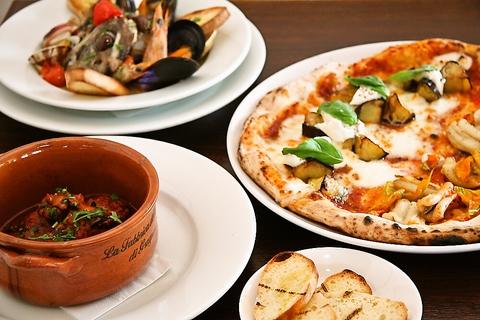 マリーナのすぐそば。広いテラスで潮風を感じながら本格的なナポリ料理を。