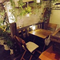 お店の右側のテーブル席。2名様のテーブルが1つと、4名様で利用できる中型のテーブルが1つです。   【歓送迎会/飲み放題が充実の居酒屋】