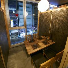 2名様~4名様までご利用可能な扉で仕切られた個室空間♪また、落ち着いた雰囲気となっておりますので、接待などにも最適なお部屋となっております!