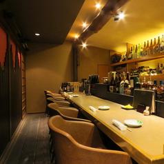 【お一人様も大歓迎◎】カウンター席もございます。温かみのある灯りで照らされたお酒や器を飾った棚は当店のこだわりがつまっております。