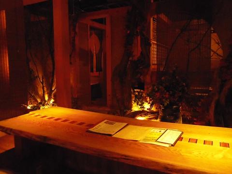 やわらかな間接照明のお洒落なスペースで旨い料理と酒に酔う。ゆったり寛げる店。