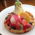 【ベリーベリーパンケーキ】ストロベリー・ブルーベリーの果実にバニラアイスたっぷりのフランボワーズのソースをかけイチゴのコンフィチュールもかけました。ストロベリー ブルーベリー フランボワーズソース サックサク ふわふわのワッフルと一緒に食べることを想像するだけでほっぺが落ちそうです♪