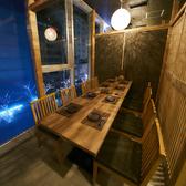 窓際の個室席は夜景も見える特等席!2名様~人数に合わせて最大16名様まで対応可能です!ご予約はお早めに◎
