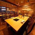 【本場蒙古風ダイニングテーブル】シックな造りとフロアを包む暖色の光が特徴です。