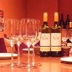 職人さんのお仕事ぶりを臨場感と共にお愉しみ頂ける席でございます。ゆったりと寛げるカウンター席で、お酒、お料理とお愉しみ下さい。気の合うご友人同士やカップルでのご来店などにピッタリのお席となっております。