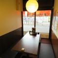 【なんば駅徒歩1分★大阪名物が人気の居酒屋「いっとく難波千日前店」のお席のご紹介】アットホームでで落ち着いた雰囲気のお席は、時間を忘れゆったりお寛ぎ頂けます♪お子様連れのお客様も歓迎ですので、ご家族とのお食事にもおすすめの明るいテーブル席です♪