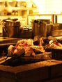 オープンキッチン内で赤々と燃える備長炭。芝のハンバーグのおいしさの秘訣の1つ!