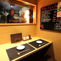 当店自慢の丹波地鶏を豪快に炭火焼き!そこ光景を目の前で見られる臨場感あふれるカウンター席もあります。当店自慢の和牛もつ鍋も単品1080円でご用意、こだわりの日本酒とともにいかがでしょうか。お一人様もお気軽にご来店いただけますので、東梅田で居酒屋をお探しなら、ぜひ当店へお越しください!