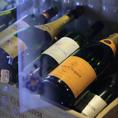 ※厳選した全国の地酒・焼酎  焼鳥に合う国内産ワインもございます。お酒の産地で育った店長にはお酒に対しての強いこだわりがあり、店頭には120種類以上の地酒や焼酎が並んでいます。