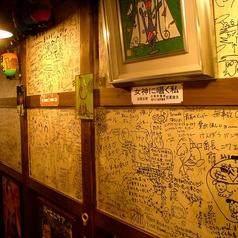 歴史を感じる壁一面の落書き…地元に愛されるお店です!