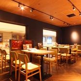 店内奥のテーブル席は、各卓の間に仕切りを設置。3、4名様の仲良しグループで飲み会も、周りを気にせず楽しんでいただけます。