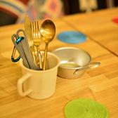 食器も実際にキャンプやアウトドアで使用されるものをメインに提供。アルミや金属の感触が食欲をそそります。