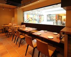 4名様用のテーブルが3卓と2名様用の丸テーブルが1卓。人数様によりレイアウト変更可能です。