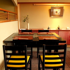 東山と鴨川を一望いただけるテーブル席はゆっくりとした時間が流れます。