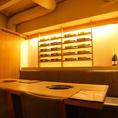 ワインボトルが並べられたお洒落なテーブル席。