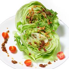 料理メニュー写真丸ごとレタスのサラダ