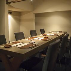 2階は、ゆったりと静かな雰囲気でお楽しみ頂ける個室をご用意。接待や記念日、ご家族での会食など様々なシーンでご利用頂けます。3日前までのご予約をお願いしております。