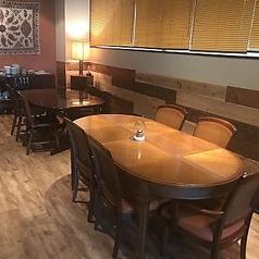 大型のテーブル席もご用意しています。1つのテーブルを囲んで最大で8名まで着席可能!
