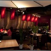 海外を思わせる綺麗な内装。お洒落なホールは全面禁煙となっております。テーブル席は友人同士やカップル等、さまざまなシーンでご利用いただけます。