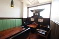 木製のぬくもりのあるテーブル席でごゆっくりお過ごしください。