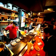 ライブ感を愉しめるオープンキッチンの店内!