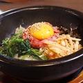 料理メニュー写真石焼ユッケビビンバ(ワカメスープ付)