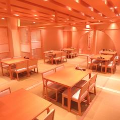 二階の大宴会の個室は、仕切り付きなので席構成は自由自在!各種宴会に、女子会に、いろいろなシーンでお使いいただけます。お気軽にお問い合わせください♪