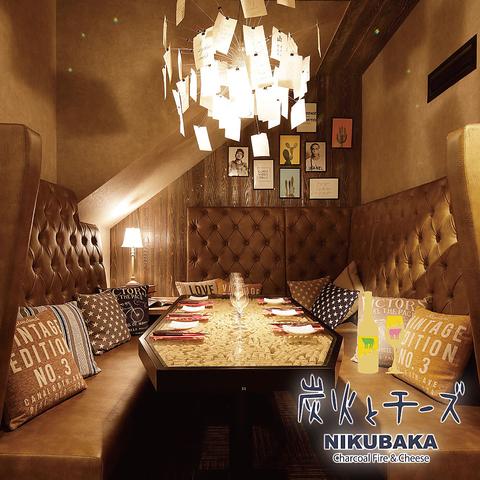 非日常空間でおいしい料理を「炭火とチーズNIKUBAKA」で満喫♪