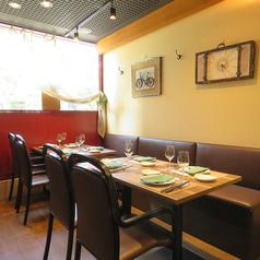 テーブル団体席は最大8名まで調整可能です。ディナーコース(3,500円から)はお魚料理と肉料理の両方をお楽しみいただけるのでおすすめです。