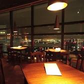 3名様までご着席頂けるこちらのお席は、夜には美しく広がる夜景を、天気の良いお昼間には青空や海を一望することが出来ます。お昼間と夜では全く雰囲気が変わりますので、都会ならではの景色をお楽しみ下さい。