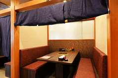 周りを気にせずお食事をお楽しみ頂ける半個室のソファテーブルの席