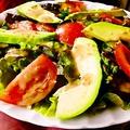 料理メニュー写真アボカドとトマトのシーザーサラダ