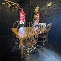 ~4名様でご利用いただけるテーブル席。隣のお席との間隔も開けておりますので、安心してご利用頂けます★