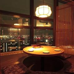 円状のテーブルで掘りごたつ使用となっているこちらのお席は、4名様までご着席頂ける夜景を展望出来るお席となっております。半個室ですので比較的に周囲を気にせず美しい夜景をみながらゆっくりとした時間をお過ごし頂けます。